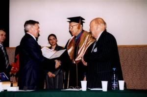Ректор РУДН В.М.Филиппов вручает Диплом Поечтного доктора Францу Халбергу